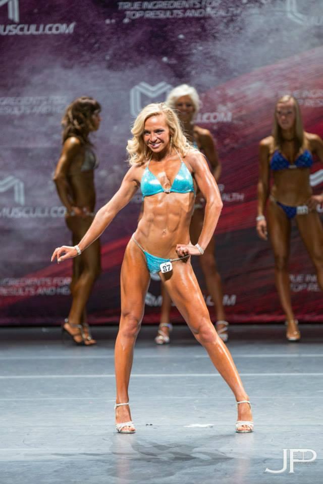 Larissa van Meerten Bodybuilding Kleding Atleet Walters Open front pose podium