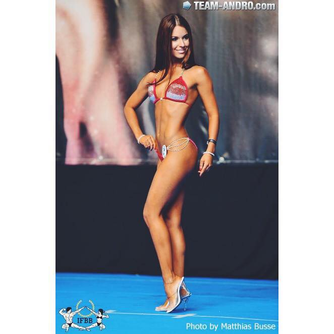 Tamara Miesen Bodybuilding Kleding atleet Europese Kampioenschappen bikini side pose
